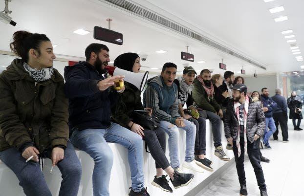 لبنانيون معتصمون داخل احد المصارف (فرانس برس)
