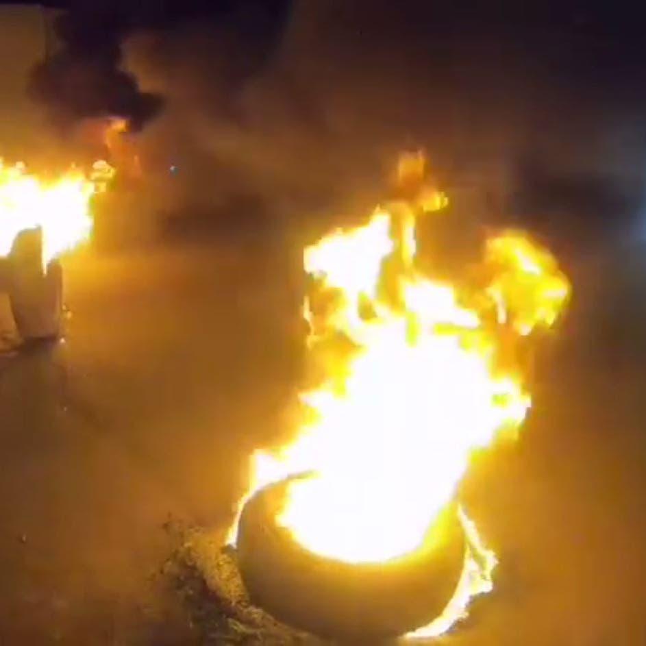 بعد بغداد.. قطع طرق في كربلاء وإحراق إطارات