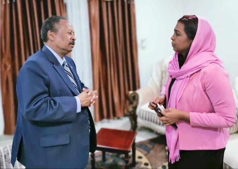 رئيس الوزراء السوداني عبد الله حمدوك مع مراسلة العربية