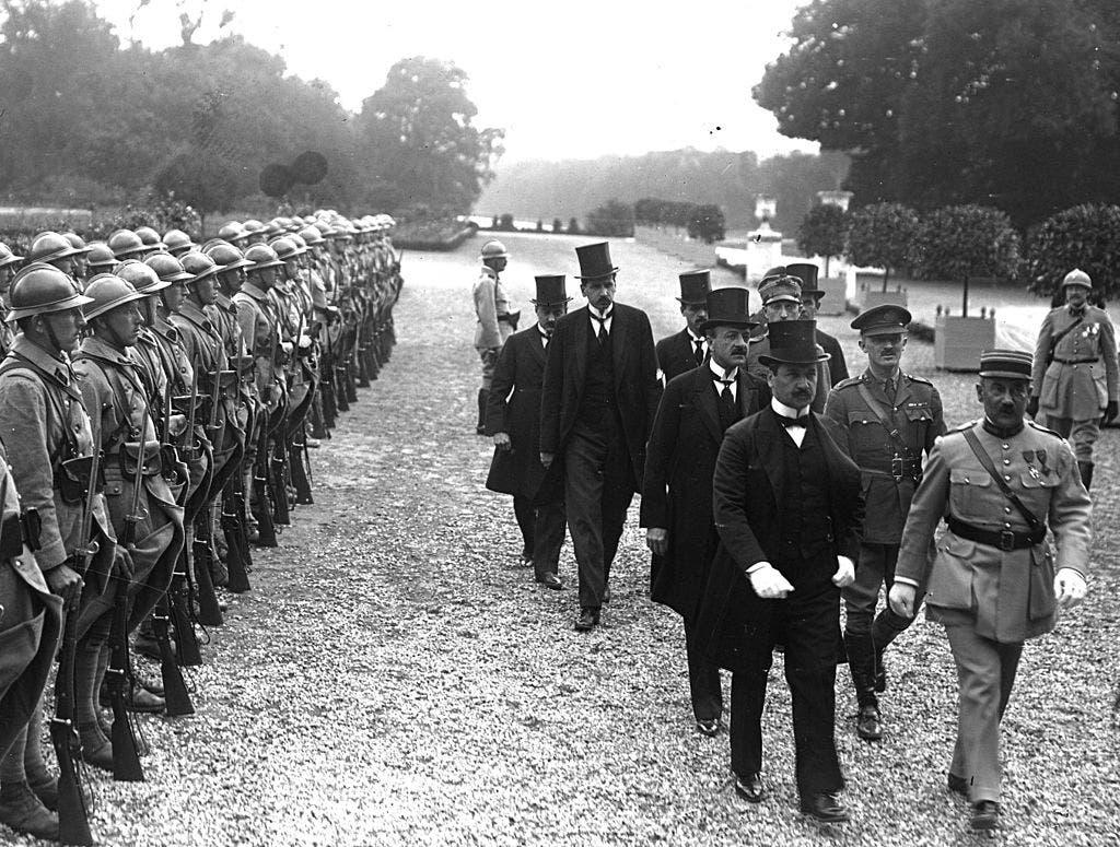 صورة للوفد المجري قبيل توقيعه على اتفاقية تريانون