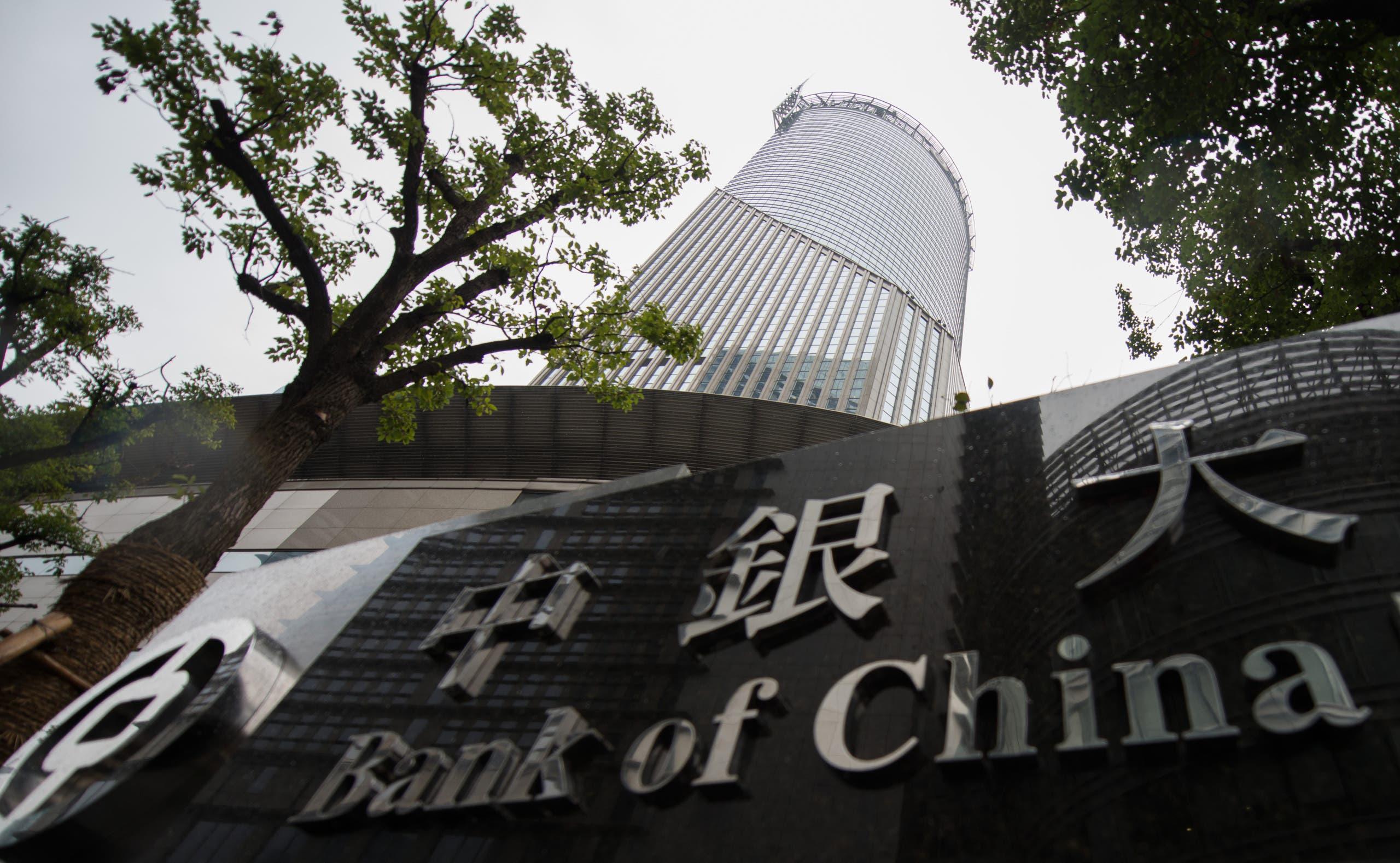 برج بنك الصين في شنغهاي في يوم غائم ماطر
