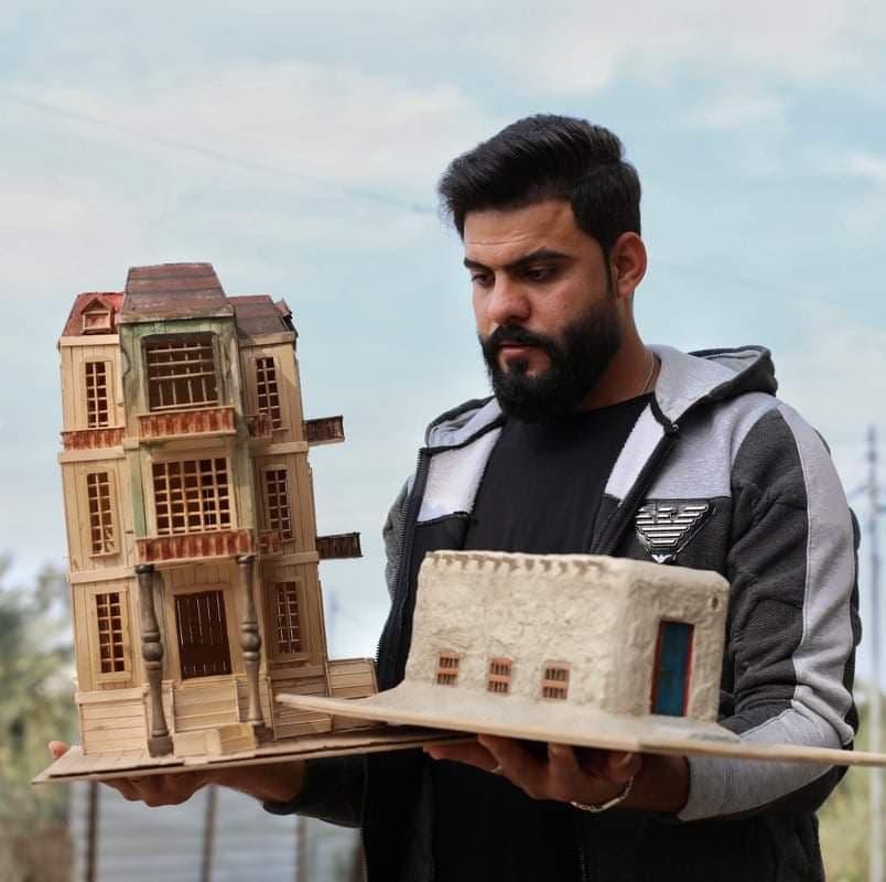 الشاب كرار محمد مع مجسمين من صنعه