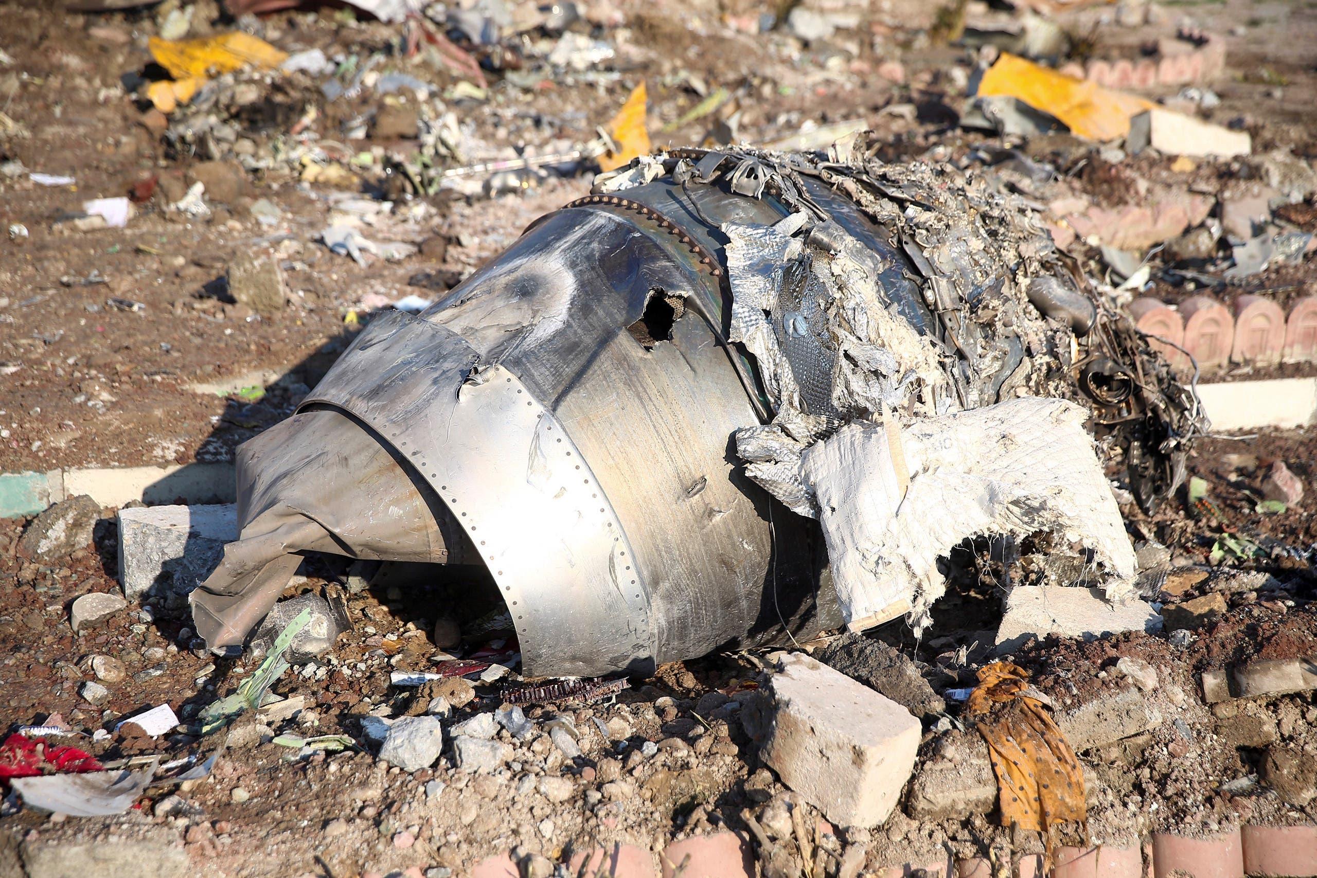 من حطام الطائرة الأوكرانية (أرشيفية من رويترز)