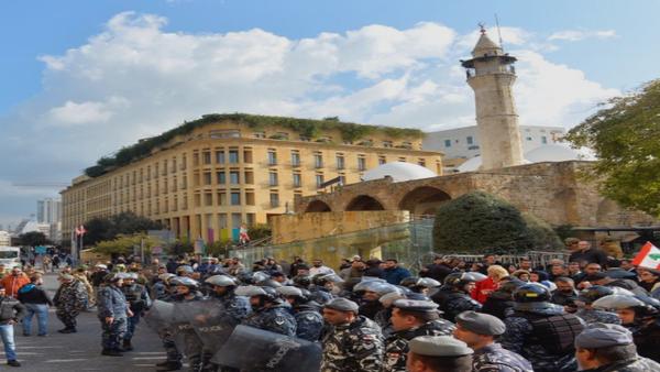 محتجون يحاولون اقتحام مقر بلدية بيروت.. تدافع وحجارة