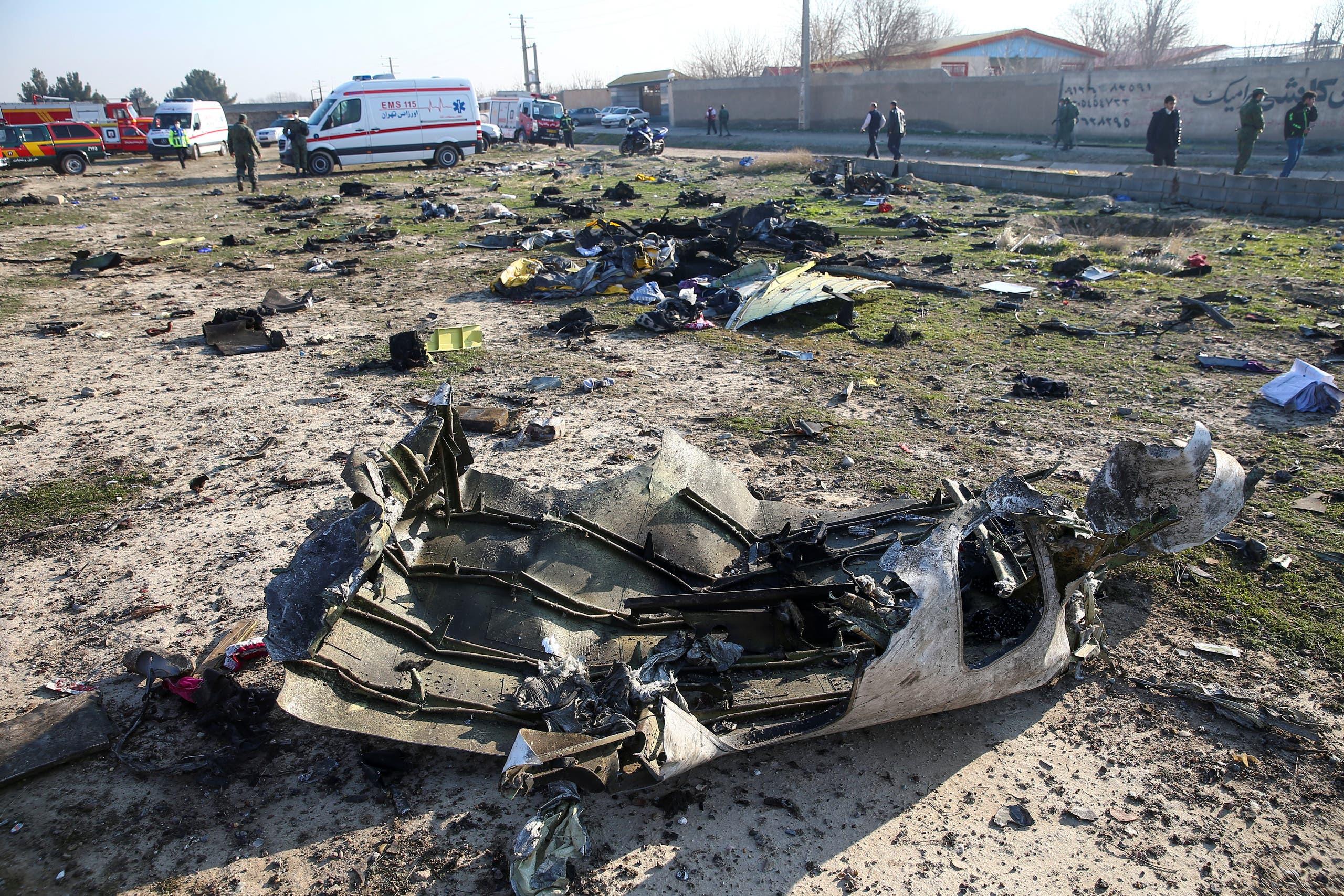 من حطام الطائرة الأوكرانية(رويترز)