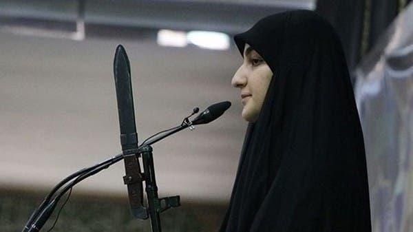شاهد ابنة سليماني تشهر سلاحاً خلال صلاة الجمعة