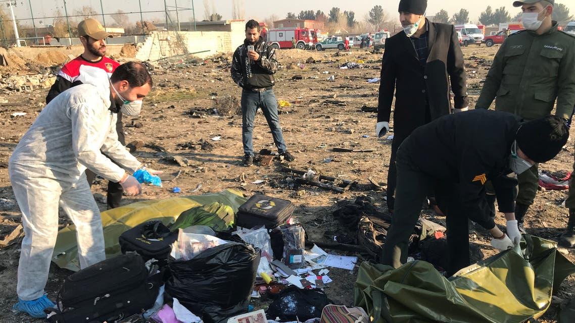 من موقع تحطم الطائرة الأوكرانية في إطهران (أرشيفية- رويترز)