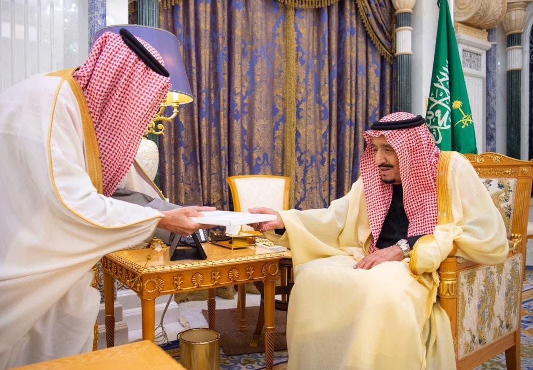 الملك سلمان يتسلم رسالة ملك البحرين