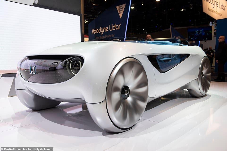 سيارة مستقبلية تنتقل بذكاء بين القيادة اليدوية والآلية ذاتية التحكم