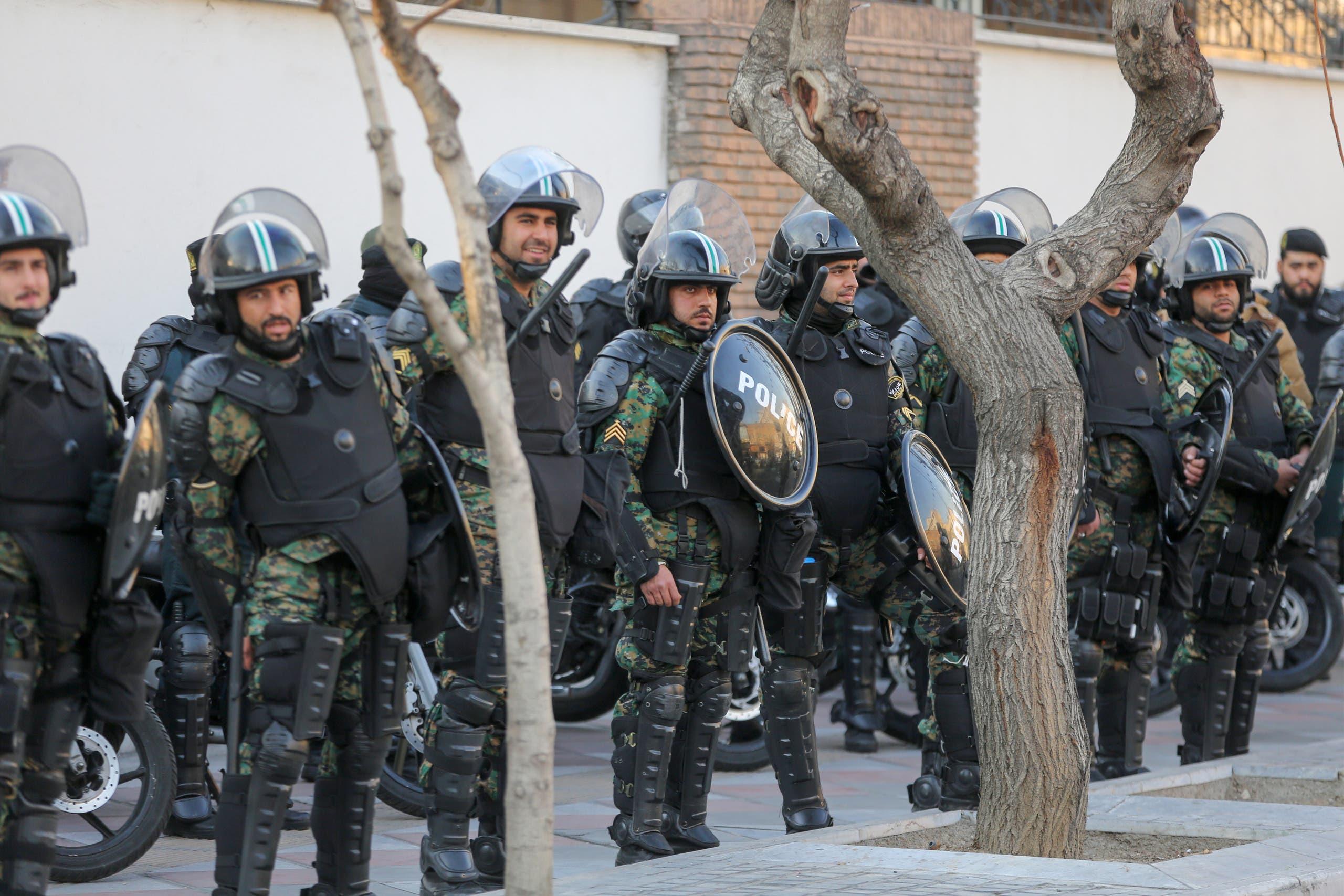 عناصر من الشرطة الإيرانية في طهران