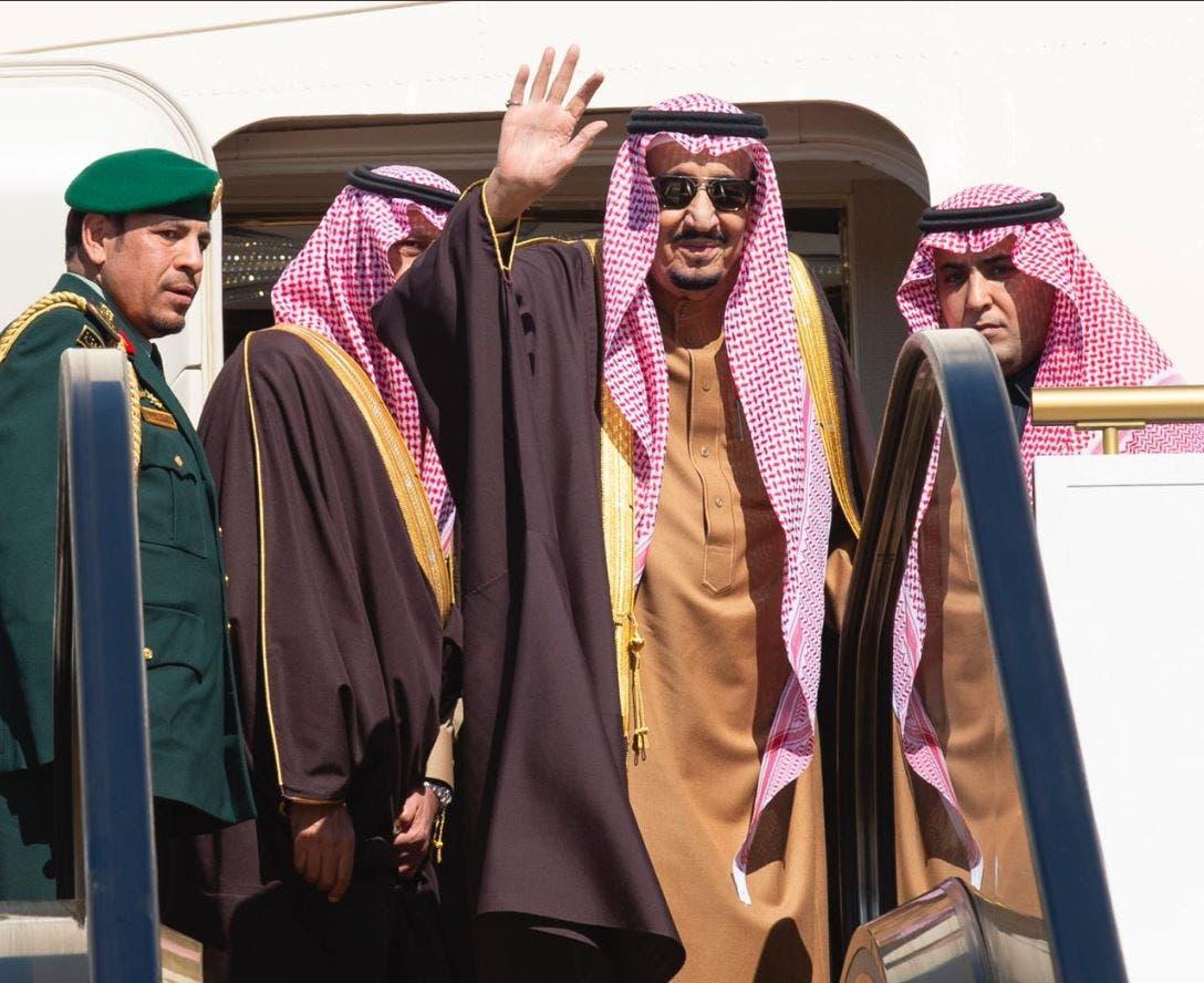 خادم الحرمين الشريفين أثناء المغادرة لسلطنة عمان