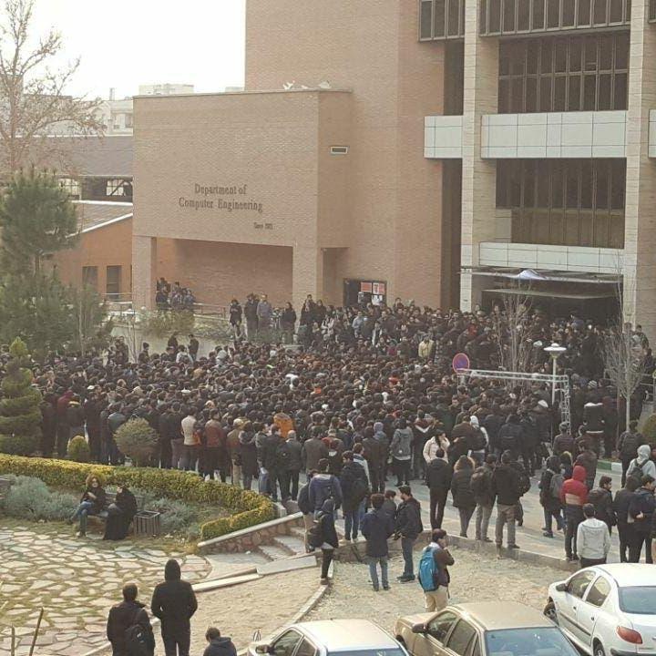 إيران.. المئات يهتفون ضد