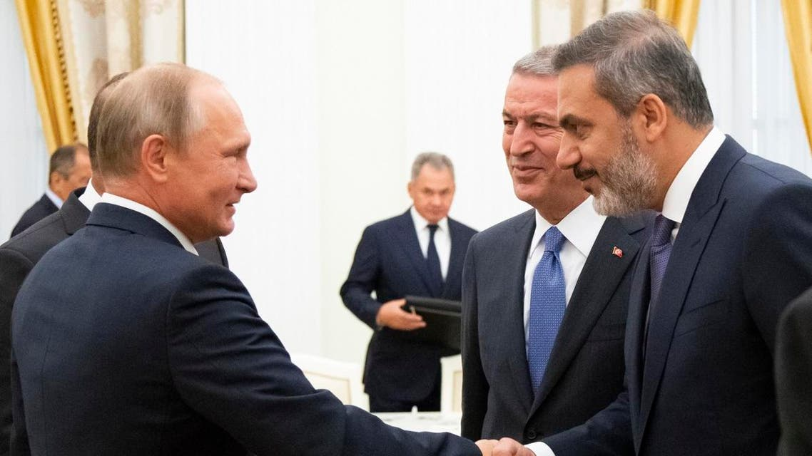 President Putin (L) shaking hands with Turkish Intelligence chief Hakan Fidan (R) in the presence of Turkish Defense Minister Hulusi Akar at the Kremlin in Moscow on August 24, 2018. (File photo: AFP)