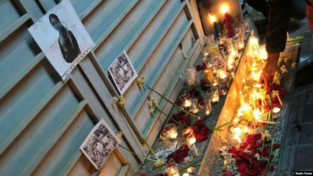 اشعال الشموع لتأبين ضحايا الطائرة