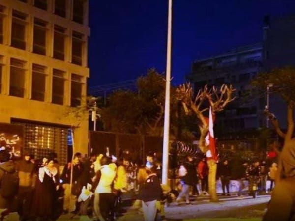 حراك لبنان يستعيد زخمه.. إقفال طرقات ودعوات لإضراب شامل
