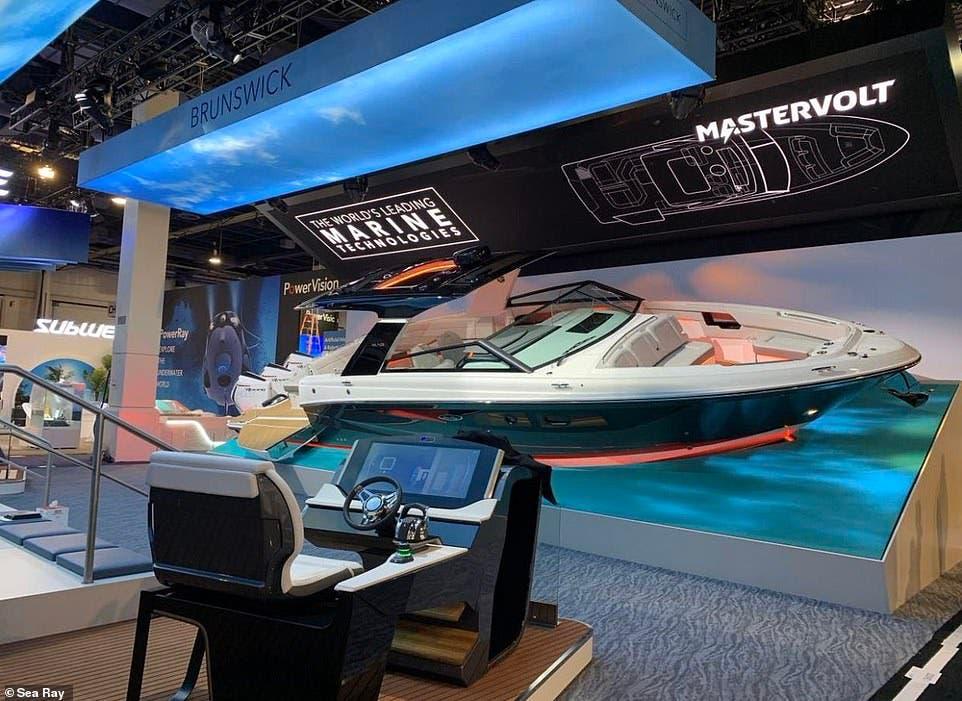 قارب Sea Ray يعمل بنظام ذكاء اصطناعي يستجيب للأوامر الصوتية