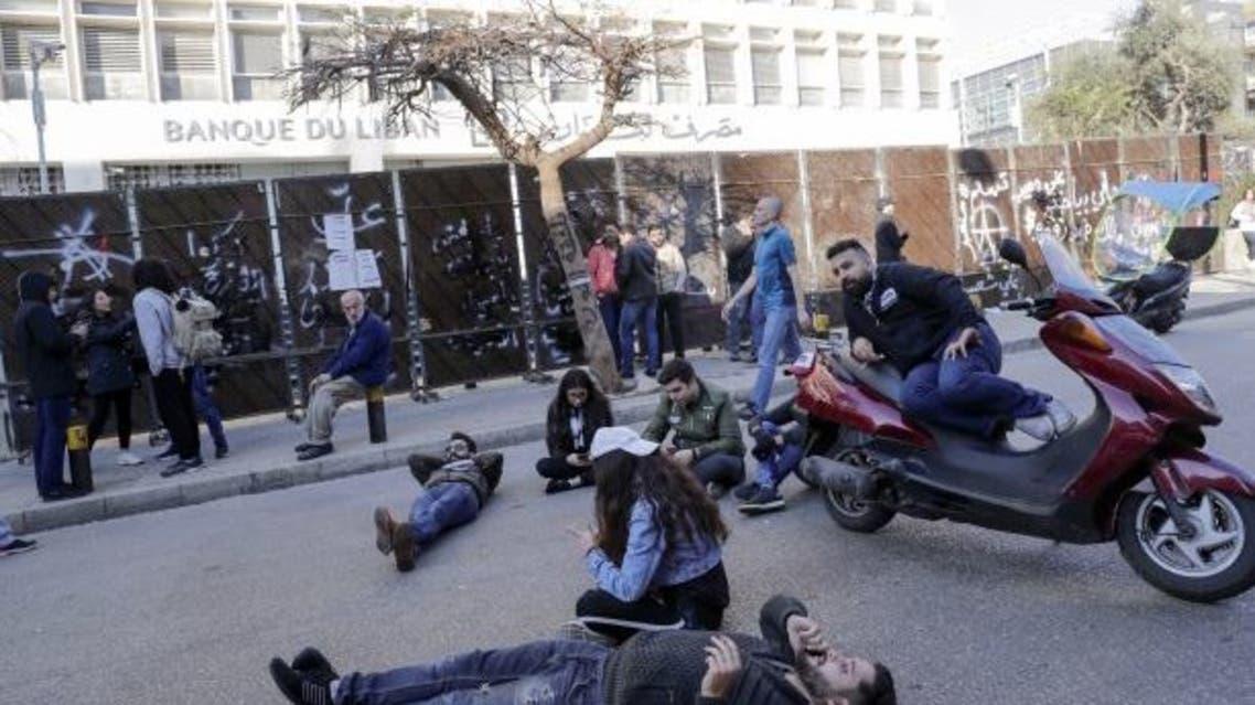 محتجون أمام مصرف لبنان (فرانس برس)