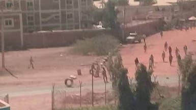 السودان.. تمرد مسلح بمقر استخباراتي وإغلاق المجال الجوي