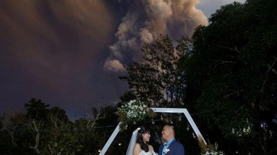 philippine, volcano:Wedding takes place against eruption backdrop ...