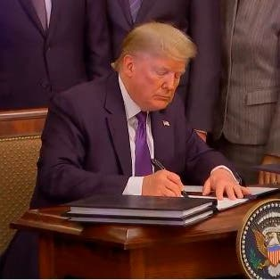 ترمب يوقع رسمياً المرحلة الأولى من اتفاق التجارة مع الصين