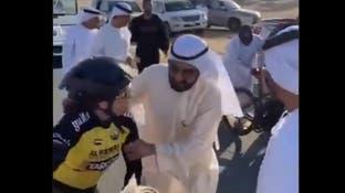 بالفيديو.. حاكم دبي يساعد متسابقة تعرضت لإصابة