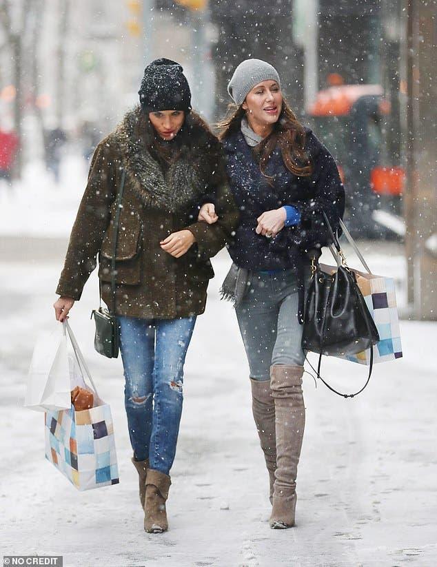 ميغان برفقة إحدى صديقاتها في نهاية العام 2016 بتورونتو وهي ترتدي أزياء كاجوال تتضمن سروالاً من الدنيم وسترة قصيرة محاربة للبرد