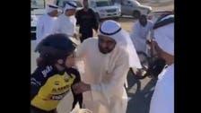 'حاکم دبئی سائیکل ریسنگ میں زخمی ہونے والی لڑکی کی مدد کرتے ہوئے'