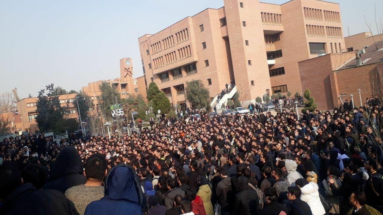 إيرانيون يحتجون ضد النظام