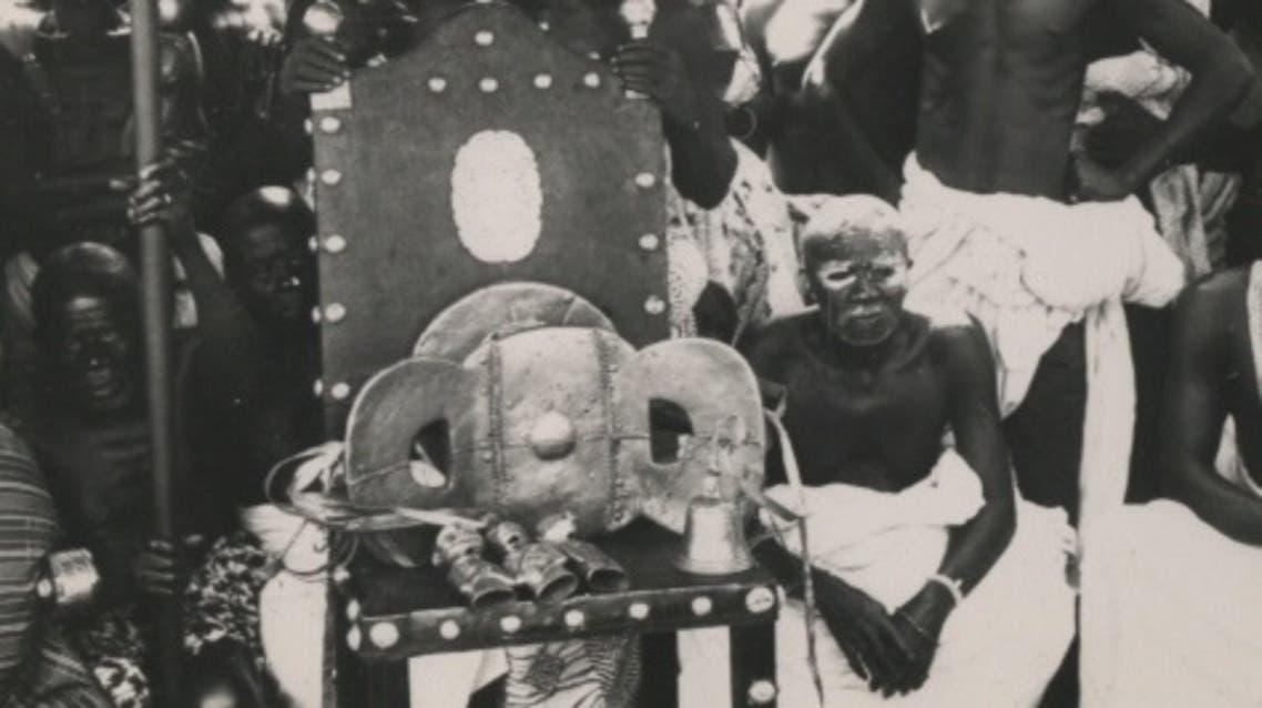 صورة للمقعد الذهبي وهو موضوع على كرسي العرش سنة 1935