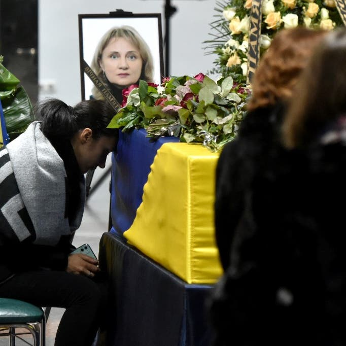 بالدموع والورود.. استقبال جثامين 11 أوكرانياً في كييف