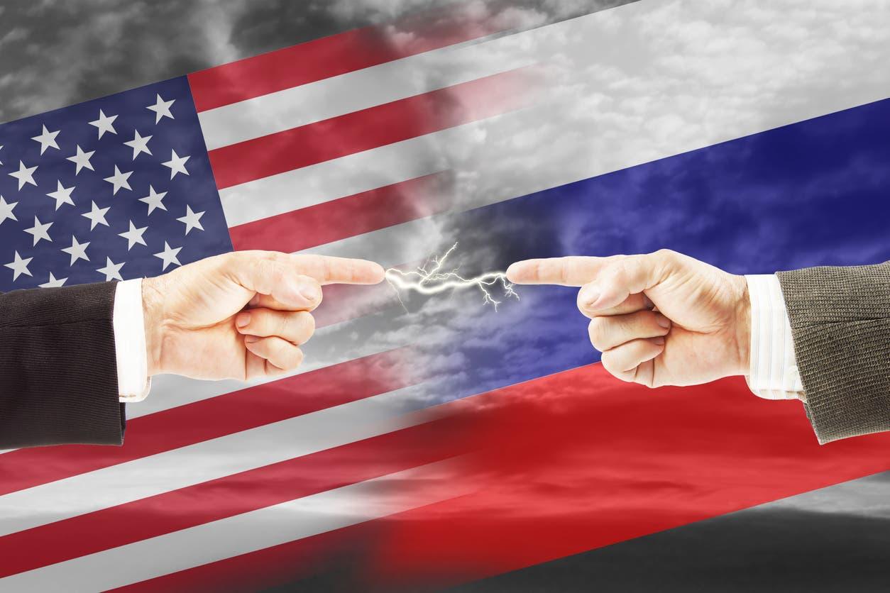 علما روسيا وأميركا (iStock)