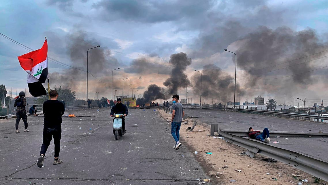 Protesters set fires to close a key highway during clashes with security forces in Baghdad. (File photo: AP)