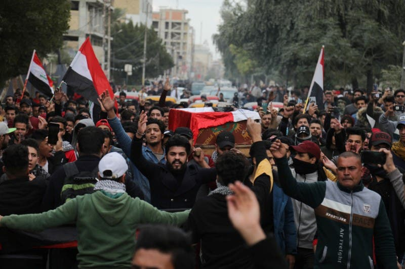 من تشييع أحد قتلى الاحتجاجات في العراق