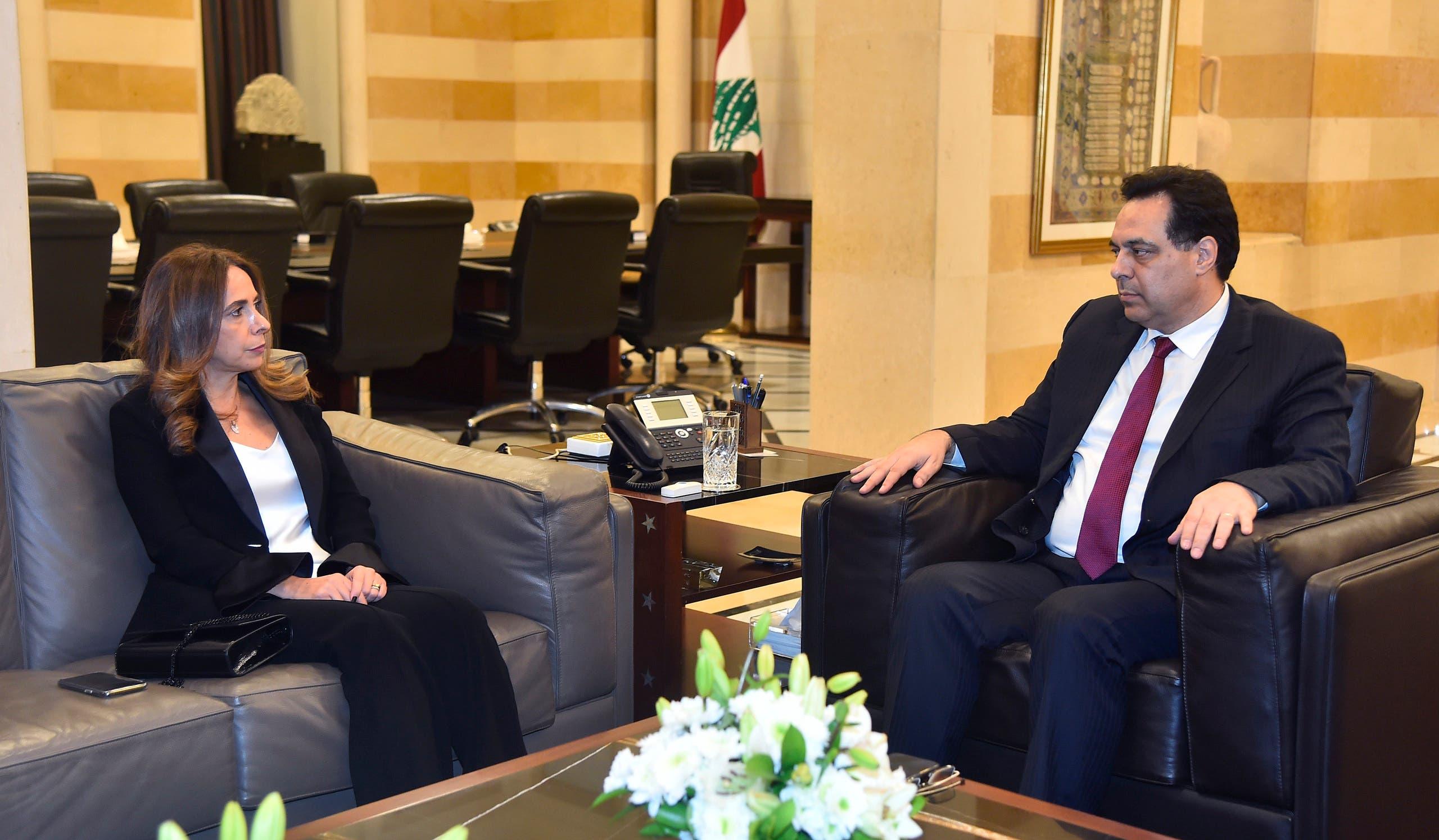 زينة عكر عدره مع رئيس الوزراء حسان دياب