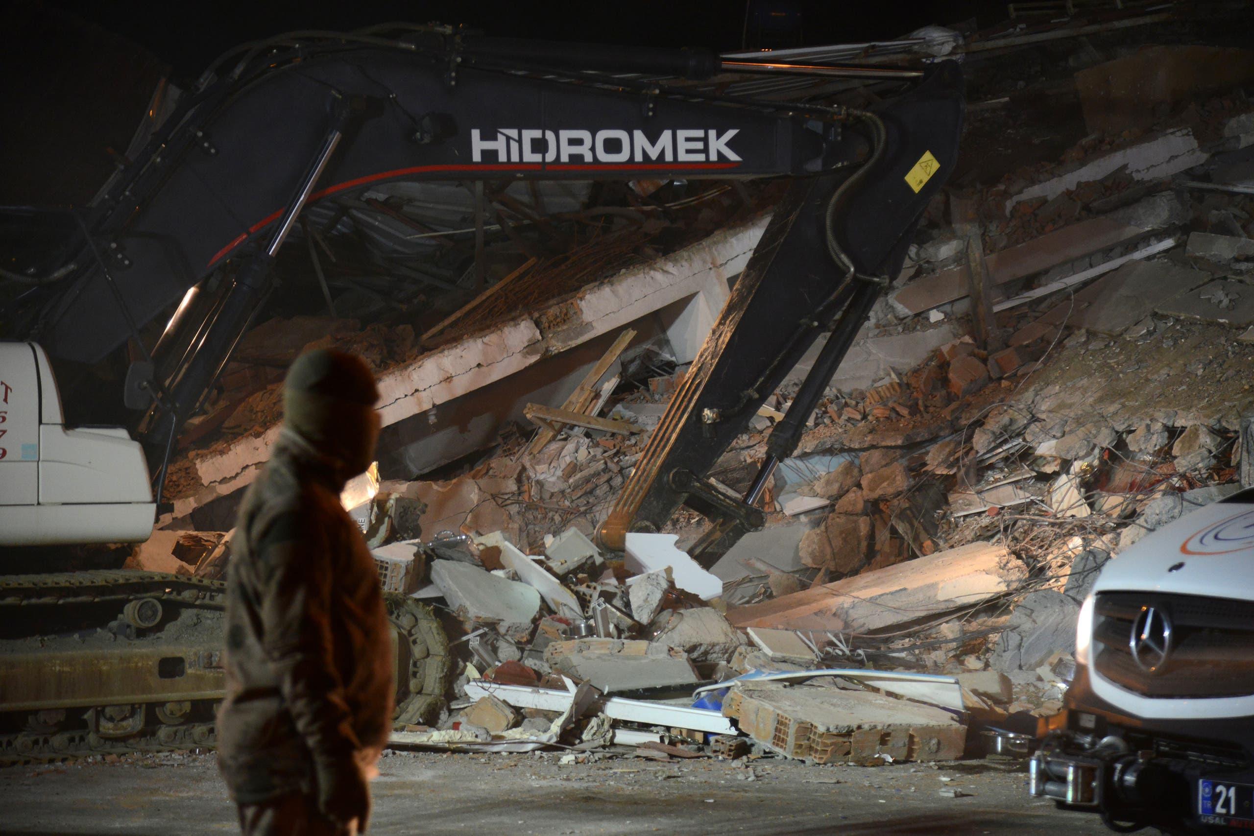 أحد المباني المدمرة جراء الزلزال(25 يناير- فرانس برس)