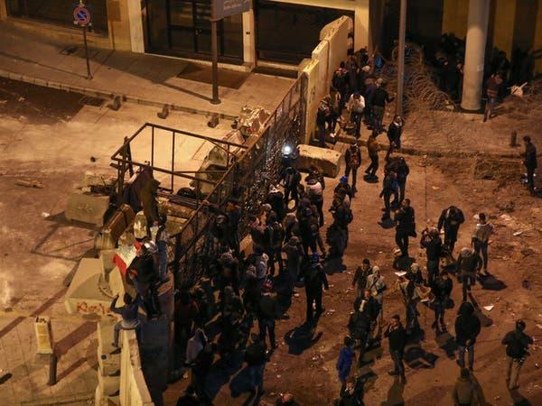 محتجو رياض الصلح يرشقون أمن السراي الحكومي بالحجارة.. والأخير يرد بالغاز