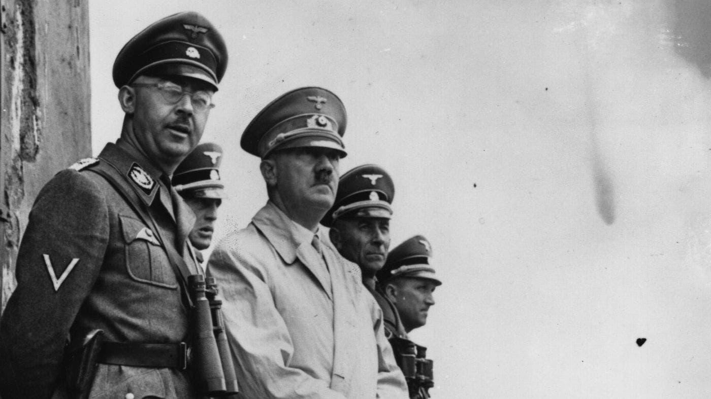 صورة تجمع بين أدولف هتلر و قائد فرق الأس أس هنريش هملر