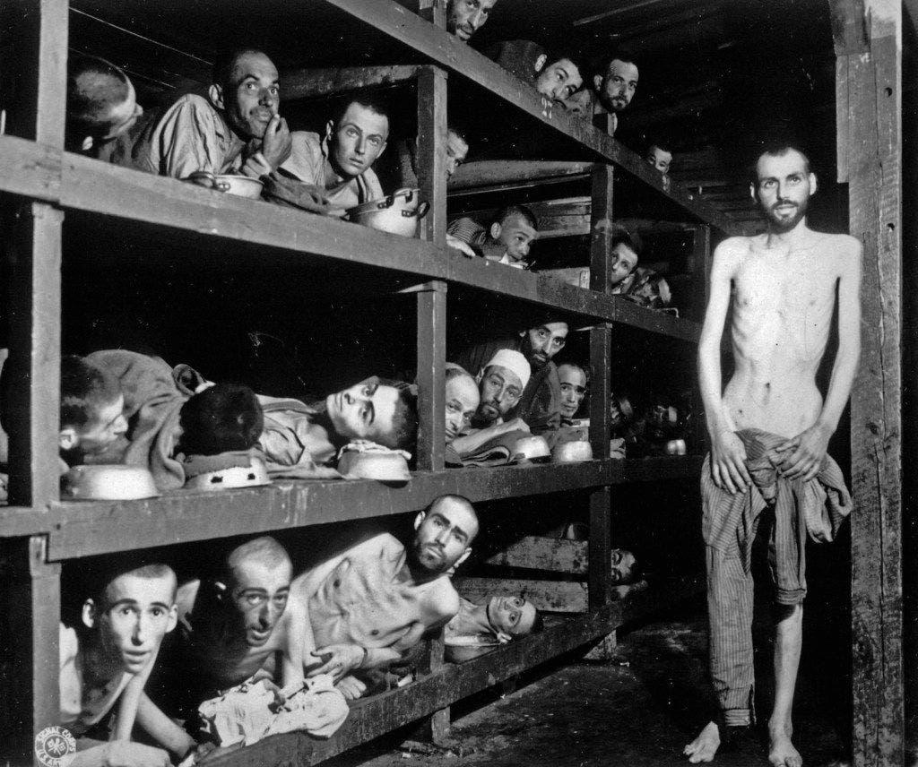 صورة لعدد من المعتقلين داخل معسكرات الموت النازية