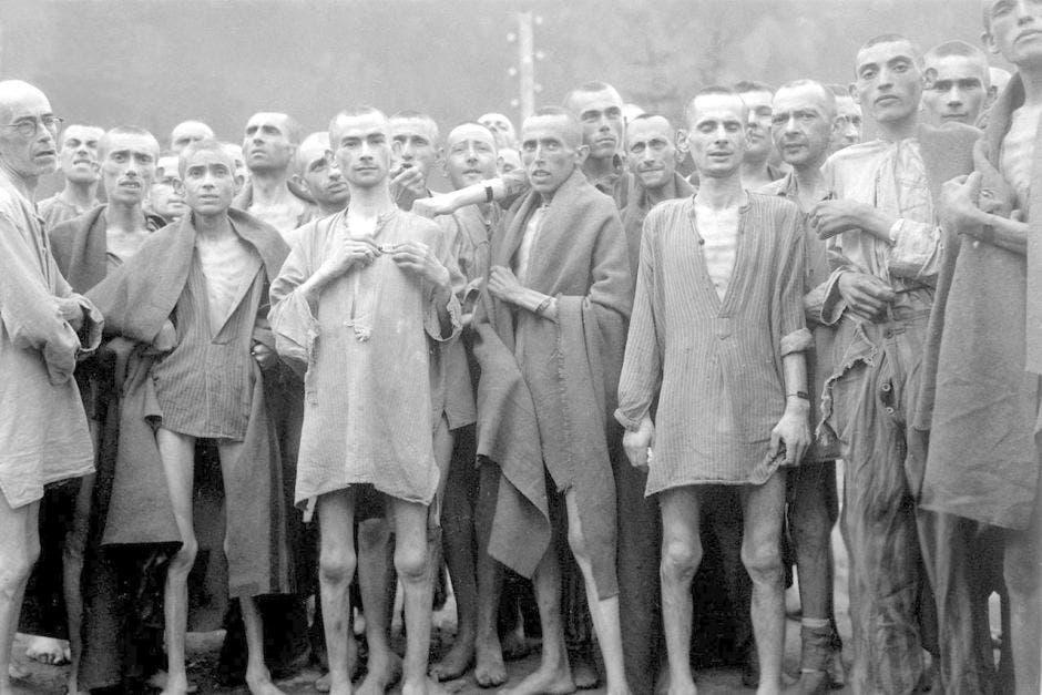 صورة لعدد ممن قبعوا بمعسكرات الموت النازية