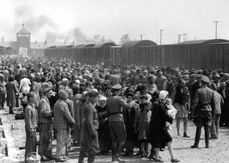صورة لعدد من المعتقلين بمعسكر أوشفيتز