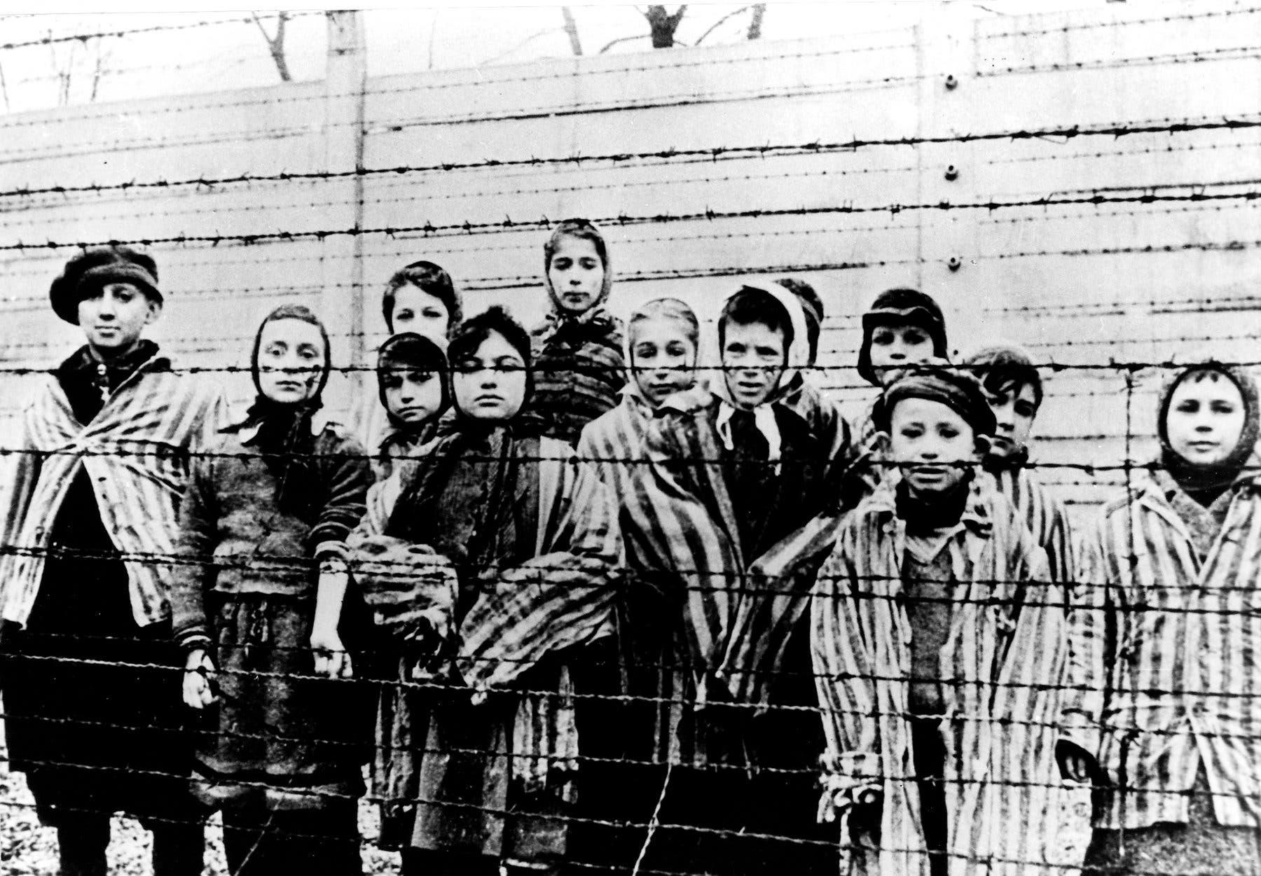 صورة لأطفال معتقلين بمعسكر أوشفيتز