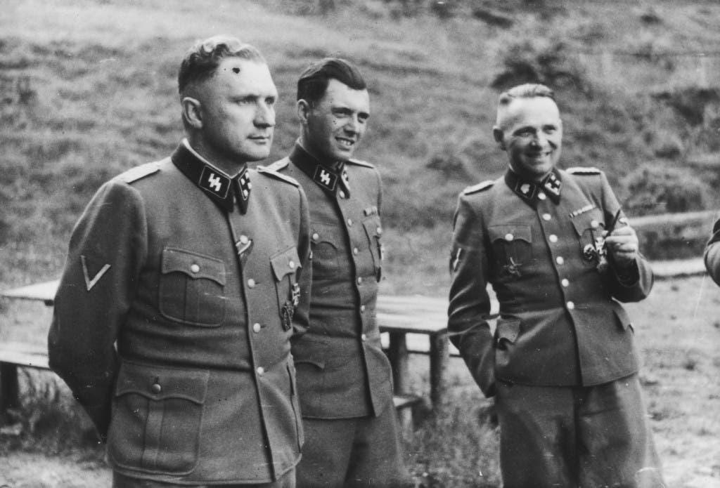 صورة للطبيب جوزيف منجليه رفقة عدد من المسؤولين بمعسكر أوشفيتز