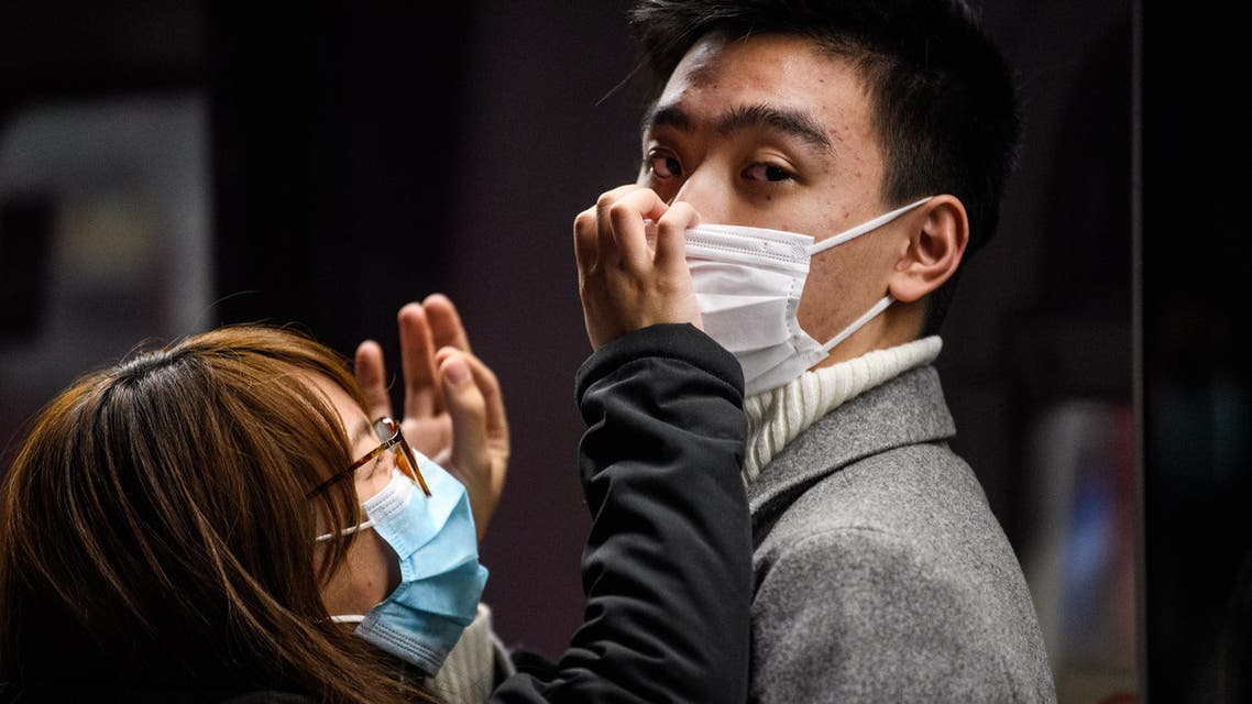 A couple wearing face masks as a coronavirus preventative measure wait on an underground metro train platform in Hong Kong on January 27, 2020. (File photo: AFP)