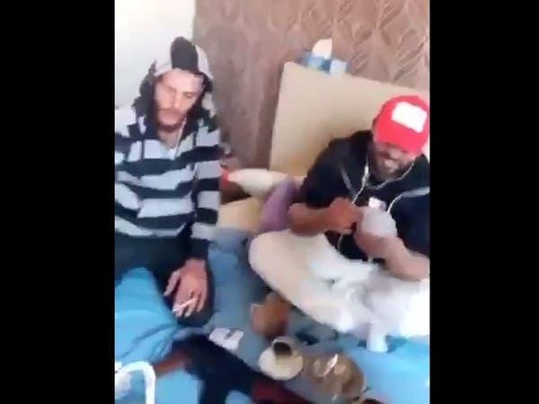 فيديو.. مقاتلون سوريون يحتفلون بأول مرتباتهم في طرابلس
