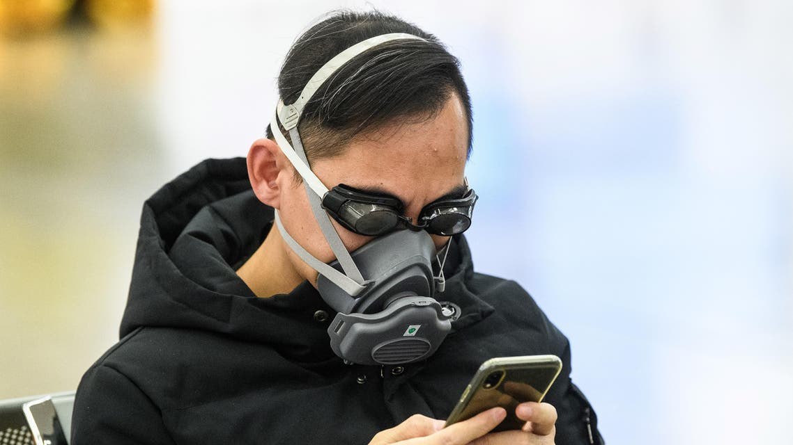 A passenger wears swimming goggles and a face mask as he waits inside the high-speed train station connecting Hong Kong to mainland China as preventative measure following the coronavirus outbreak which began in the Chinese city of Wuhan, January 28, 2020. (File photo: AFP)