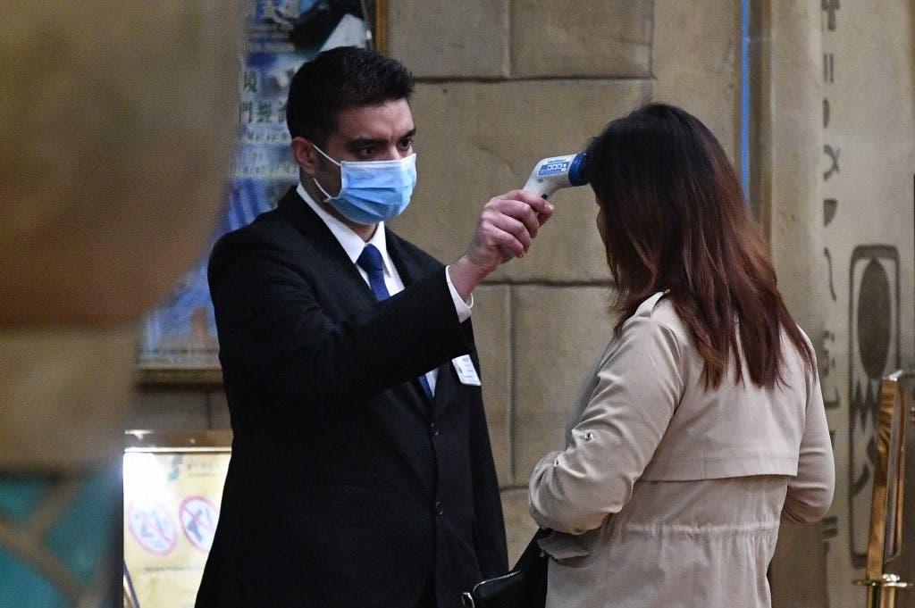 يخضع المسافرون لفحص حراري للتأكد من عدم اصابتهم بفيروس كورونا