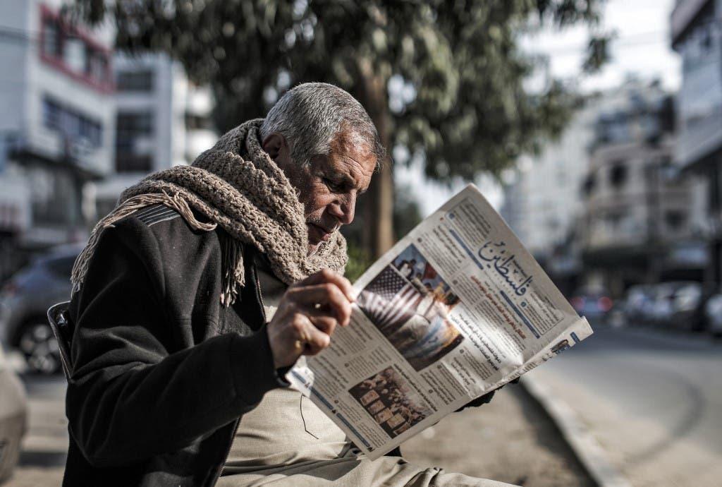فلسطيني يطالع الصحف في غزة