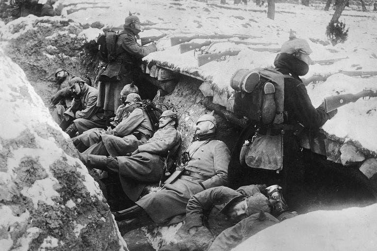 صورة لجنود ألمان داخل الخنادق بالحرب العالمية الأولى