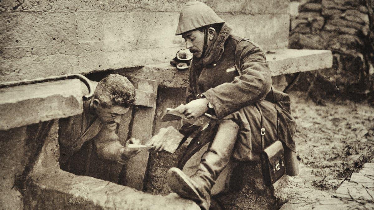 صورة لعداء بالحرب العالمية الأولى عقب توصيله لإحدى الرسائل