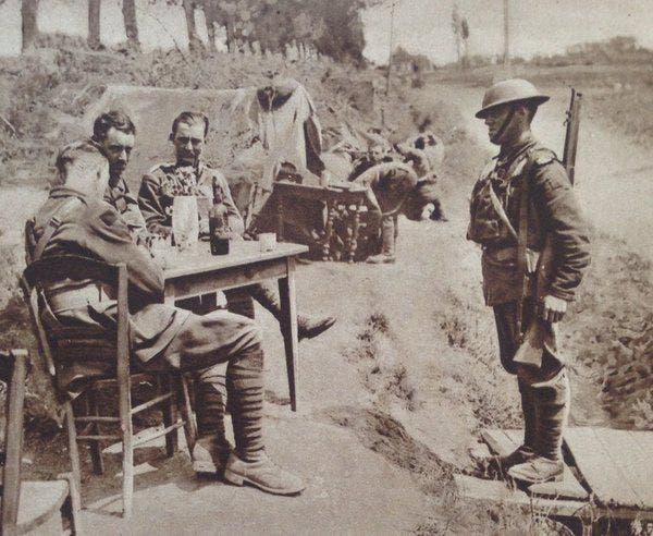 صورة لعداء بالجيش البريطاني عقب توصيله لإحدى الرسائل